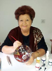 Maja Remic - avtorica knjige HOBI USTVARJANJE, pri slikanju na steklo.