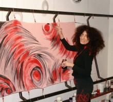 Dušanka Herman pri slikanju na svilo.
