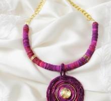 M ogrlica iz svilenih trakov z velikim obeskom