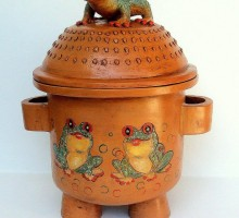 Maja Remic, zgodba žabe v loncu, engobirana in patinirana keramika