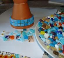 Z lepilom lepimo delce mozaika.