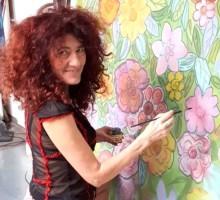 Dušanka Herman pri slikanju na svilo
