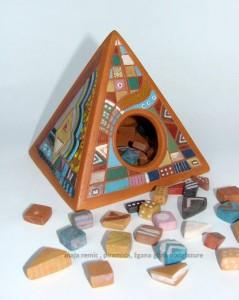 Maja Remic, piramida, žgana glina, podglazura