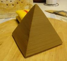 Piramido poravnamo s leseno deščico.