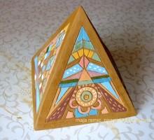 Piramida - poslikana s podglazuro.